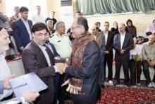 اهدای شال افتخار مروج فرهنگ پهلوانی به رییس دانشگاه آزاد اسلامی همدان
